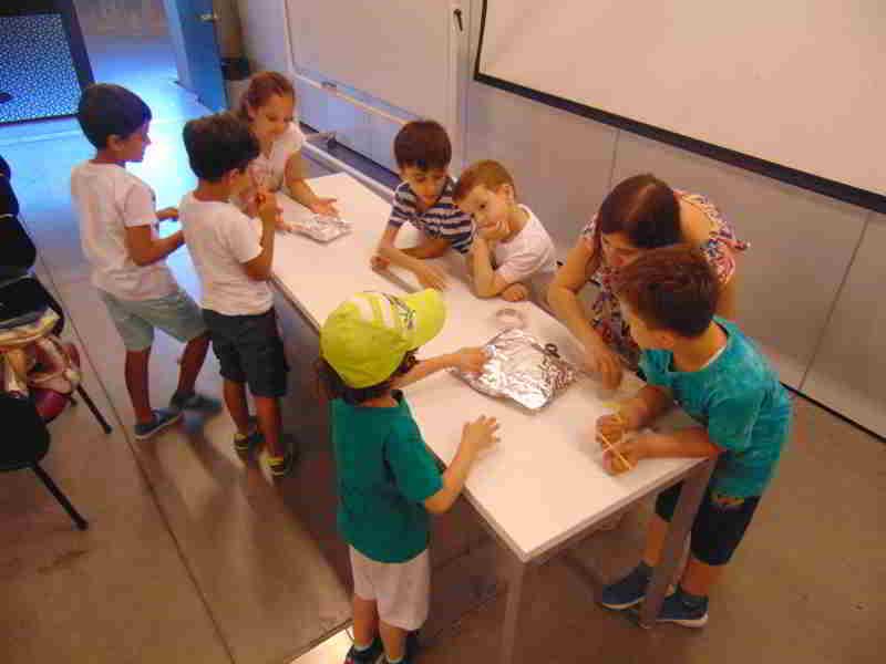 Stem Dersimizde gemilerin nasıl su üzerinde yüzebildiğini öğrendik ve yaratıcılığımızı kullanarak gemiler tasarladık