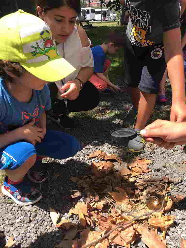 Avrupa Yakası Yaz Programımızda Issız bir adada konforlu bir şekil yaşayabilmelerini sağlayacak yeni icatları geliştirdiler ( iletişim aletleri patates den gece lambası suyu arıtma yöntemlerini buldular vbg bir çok icat geliştirdiler)