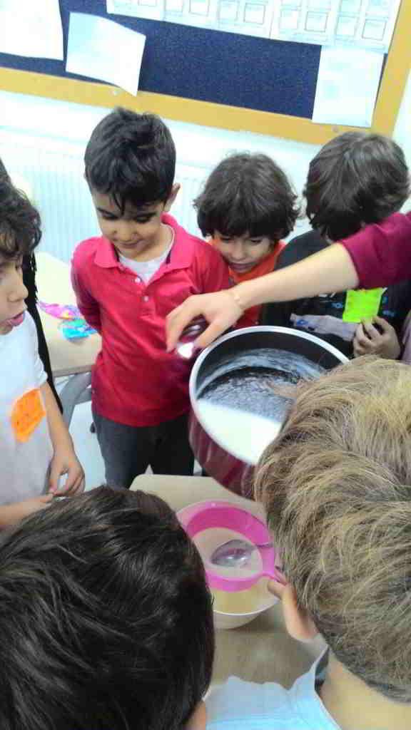 Plastik, cam, kağıt, metal çöp değildir. Geri dönüşümü deney yaparak öğreniyoruz. Biz ise sütten plastik yaptık.