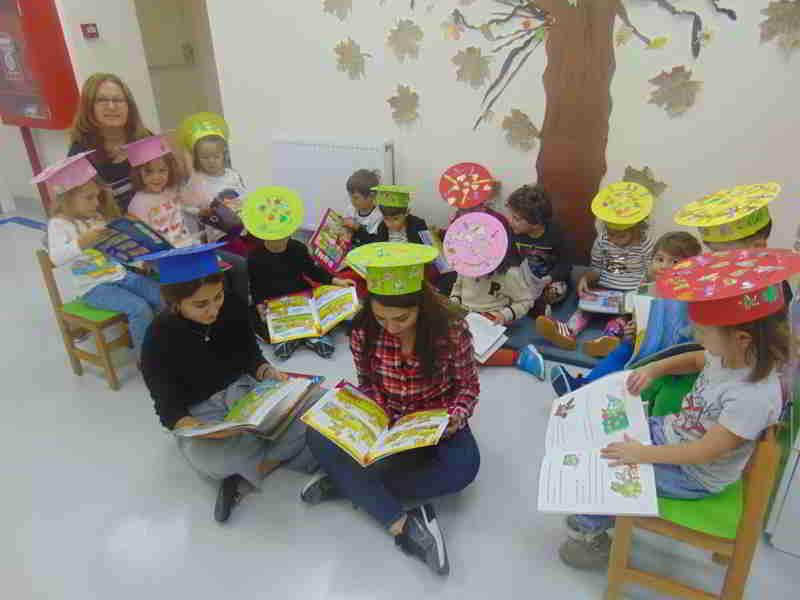 Sonbahar mevsimini sonbahar şapkalarımızla taçlandırdık , sonbahar ağacımızın altında kitaplarımızı okuyup kendimizi dinlendirdik
