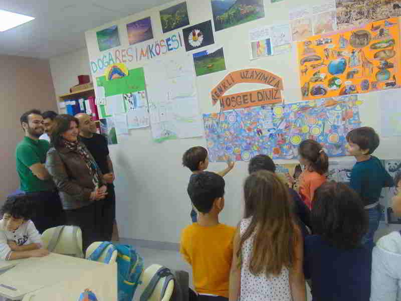 """""""Kendi Köşem, Kendi Konum"""" Adlı Projelerinde Tüm Okulu ve Yöneticilerimize Sınıflarını Tanıtdılar"""