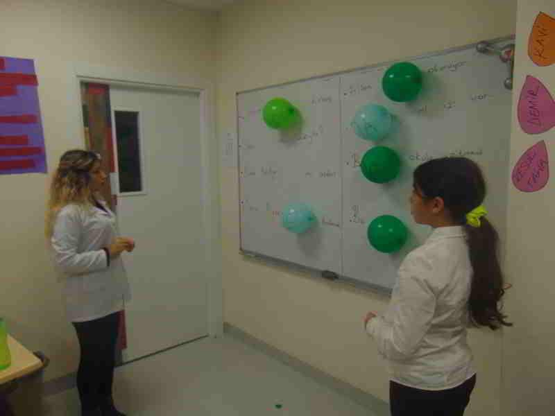 """Balonları patlata patlata """"-de eki ve de bağlacı""""nın karıştırılmadan nasıl yazılacağını öğrendik."""