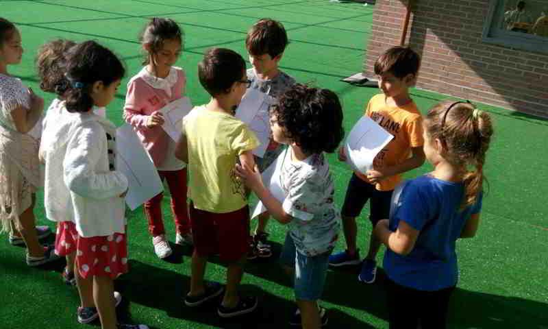 Türkçe dersinde bahçede harfleri bir araya getirerek kelime oluşturma oyununu oynadık
