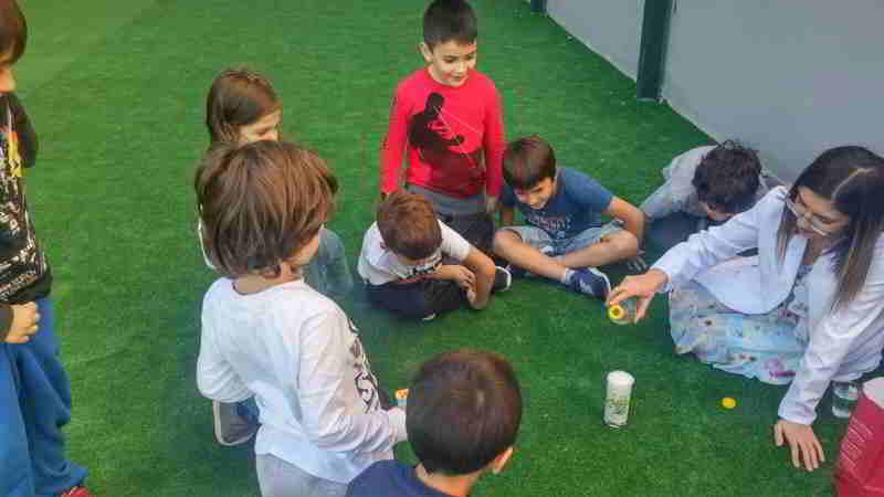 Bugün hayat bilgisi dersinde öğrendiğimiz temizlik malzemesi olan sabunu fen bilgisi dersinde deney yaparak kullandık. Disiplenler arası ilişkiler kurarak bilgilerimizi hayata uyarladık. Hem eğlendik hem öğrendik