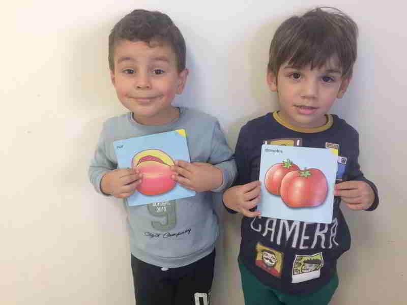 Sonbahar meyve ve sebzelerini öğrendik. Hangi meyve ve sebze de hangi vitaminler var konuştuk sonra en sevdiğimiz meyveleri ve sebzeleri çizdik.