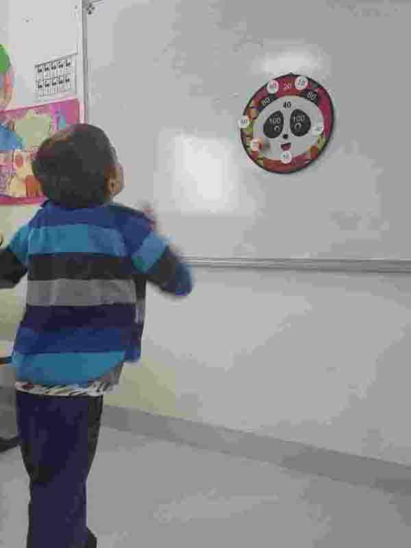 Matematik dersimizde beden eğitimi dersi ile geçiş yaparak onluğa yuvarlama konusunu hedefe atma ve dart oyunu ile dersimizi işledik.