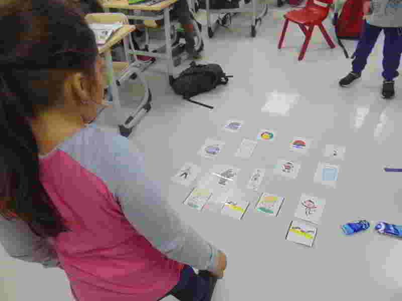 İngilizce de sıfatlar konusunu hem görsel hem kinestetik bir oyun haline getirerek nerede ve nasıl kullanılacağını öğrendik, pekiştirdik, eğlendik.